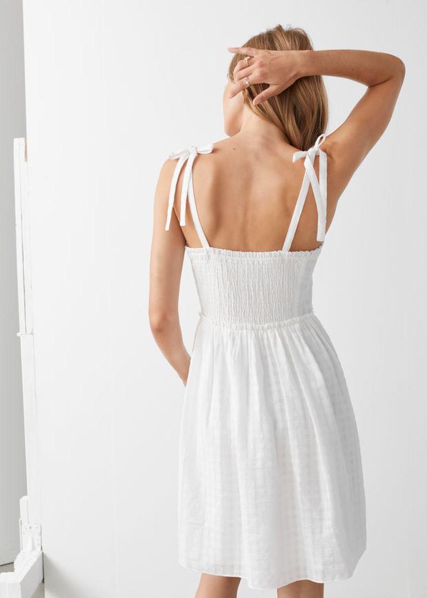 앤아더스토리즈 스모크 스트랩 미니 드레스의 화이트컬러 ECOMLook입니다.