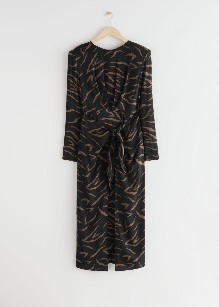 앤아더스토리즈 미디 슬릿 랩 드레스의 블랙 지브라컬러 Product입니다.