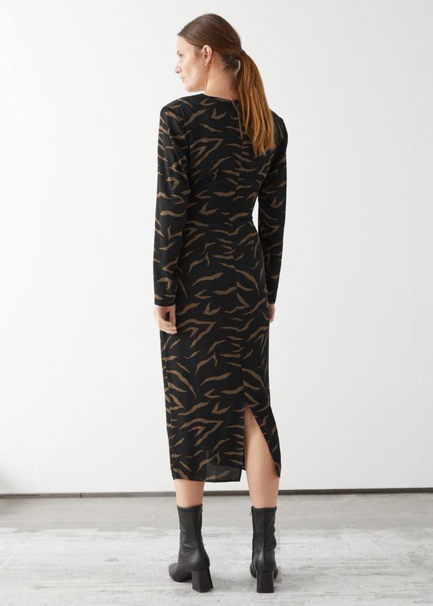 앤아더스토리즈 미디 슬릿 랩 드레스의 블랙 지브라컬러 ECOMLook입니다.