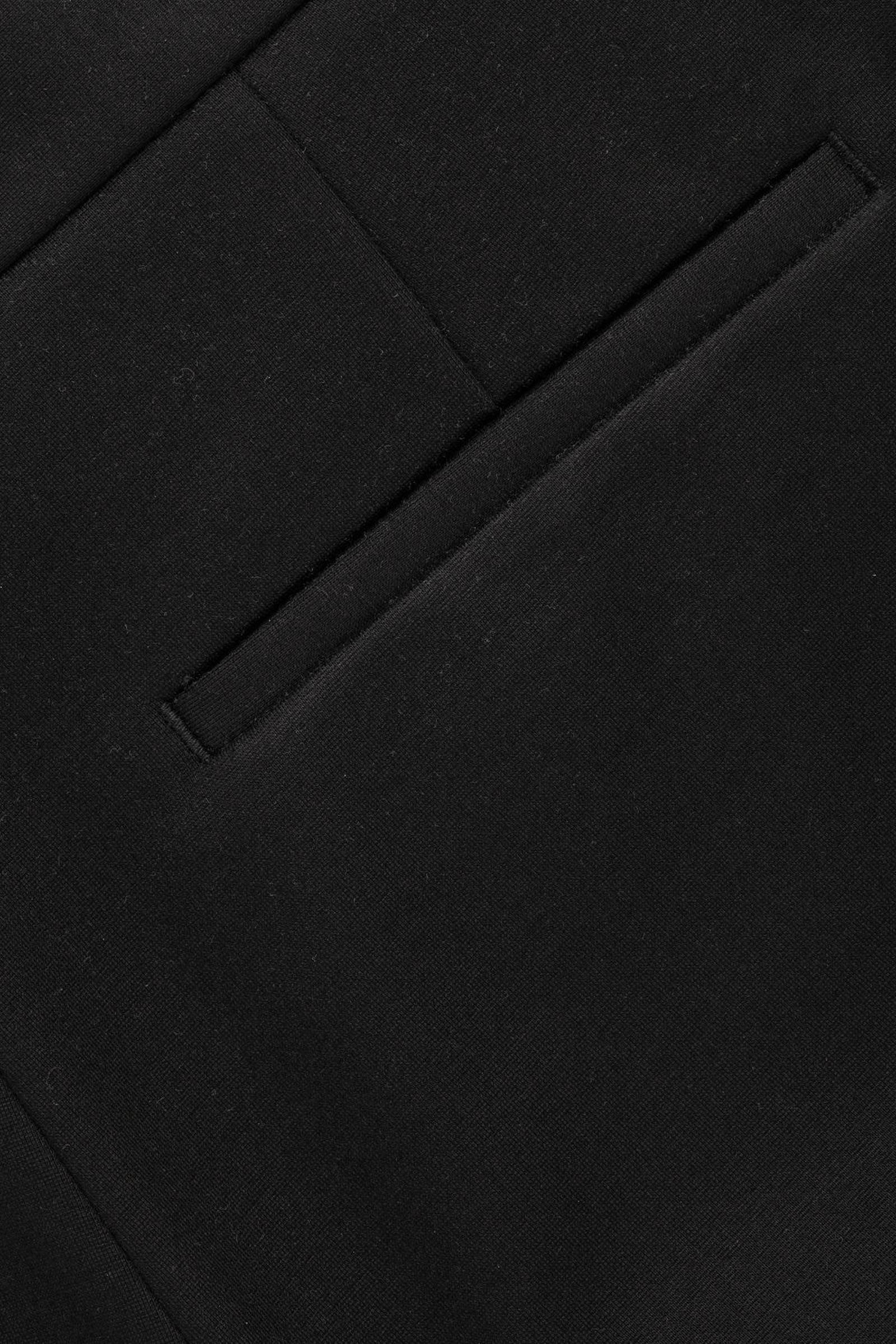 COS 크롭트 집 커프 트라우저의 블랙컬러 Product입니다.