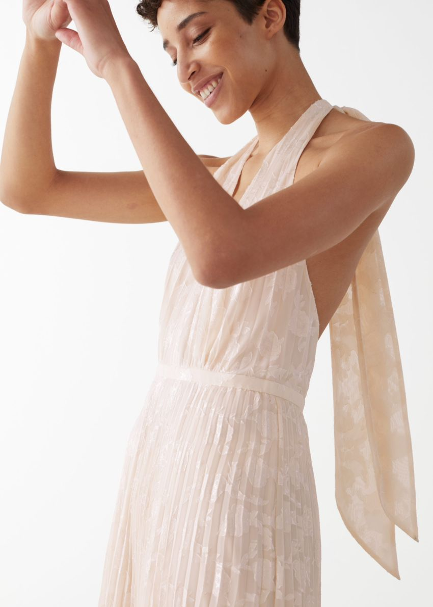 앤아더스토리즈 플리츠 홀터넥 맥시 드레스의 화이트컬러 ECOMLook입니다.