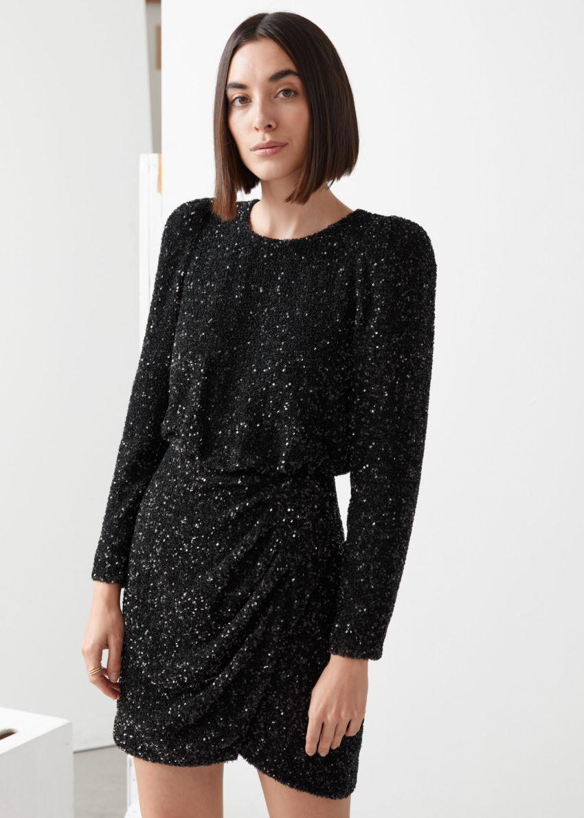 앤아더스토리즈 패디드 숄더 시퀸 드레스의 블랙 시퀸컬러 ECOMLook입니다.