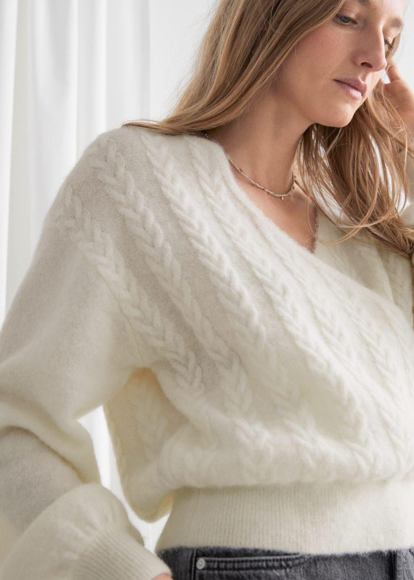 앤아더스토리즈 알파카 블렌드 버블 슬리브 랩 스웨터의 화이트컬러 ECOMLook입니다.