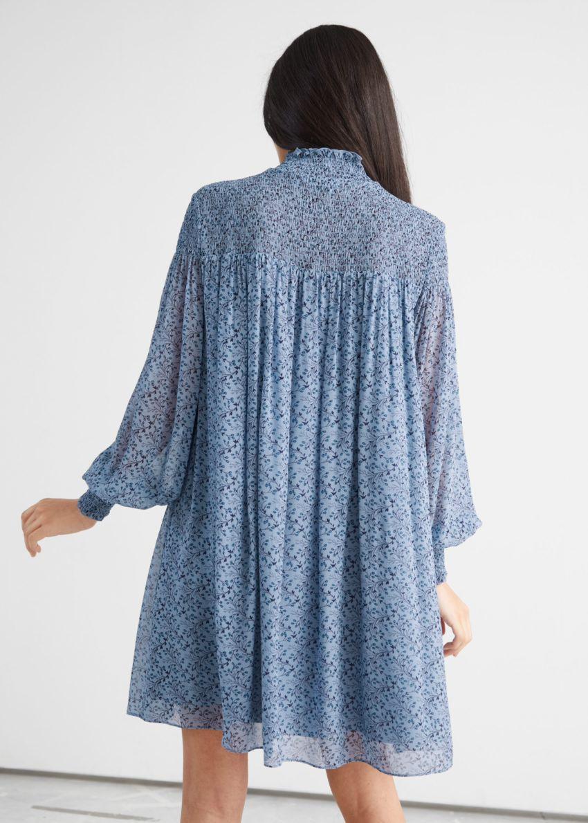 앤아더스토리즈 시어 스모크 미니 드레스의 블루 프린트컬러 ECOMLook입니다.