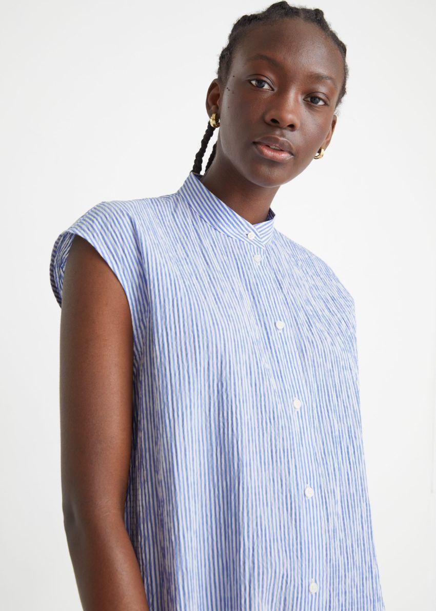 앤아더스토리즈 버튼 티어드 미디 드레스의 블루 스트라이프컬러 ECOMLook입니다.