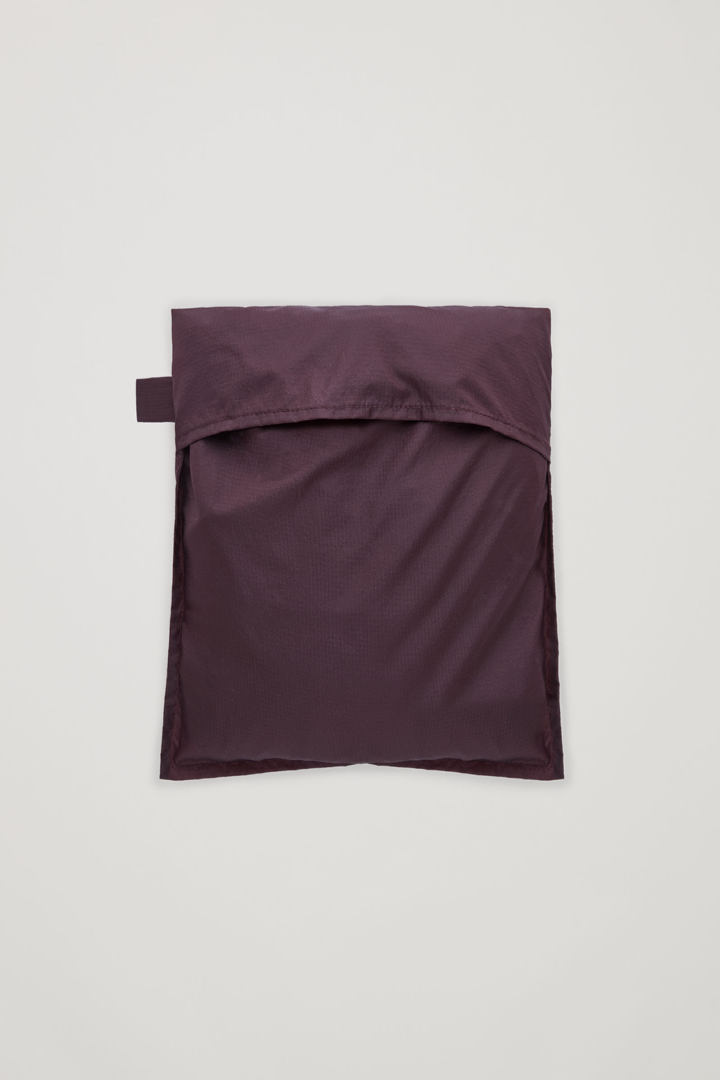 COS 패커블 라이트웨이트 아노락의 버건디컬러 Product입니다.