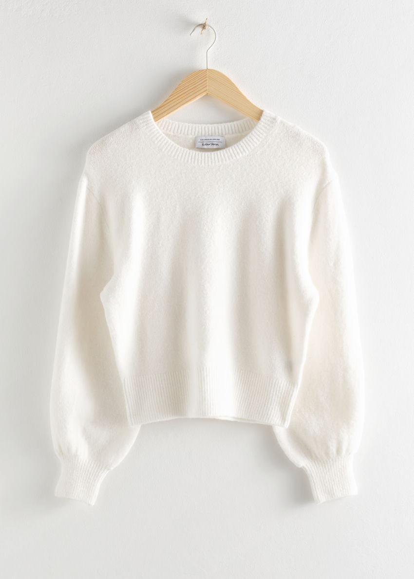 앤아더스토리즈 크롭 스웨터의 화이트컬러 Product입니다.