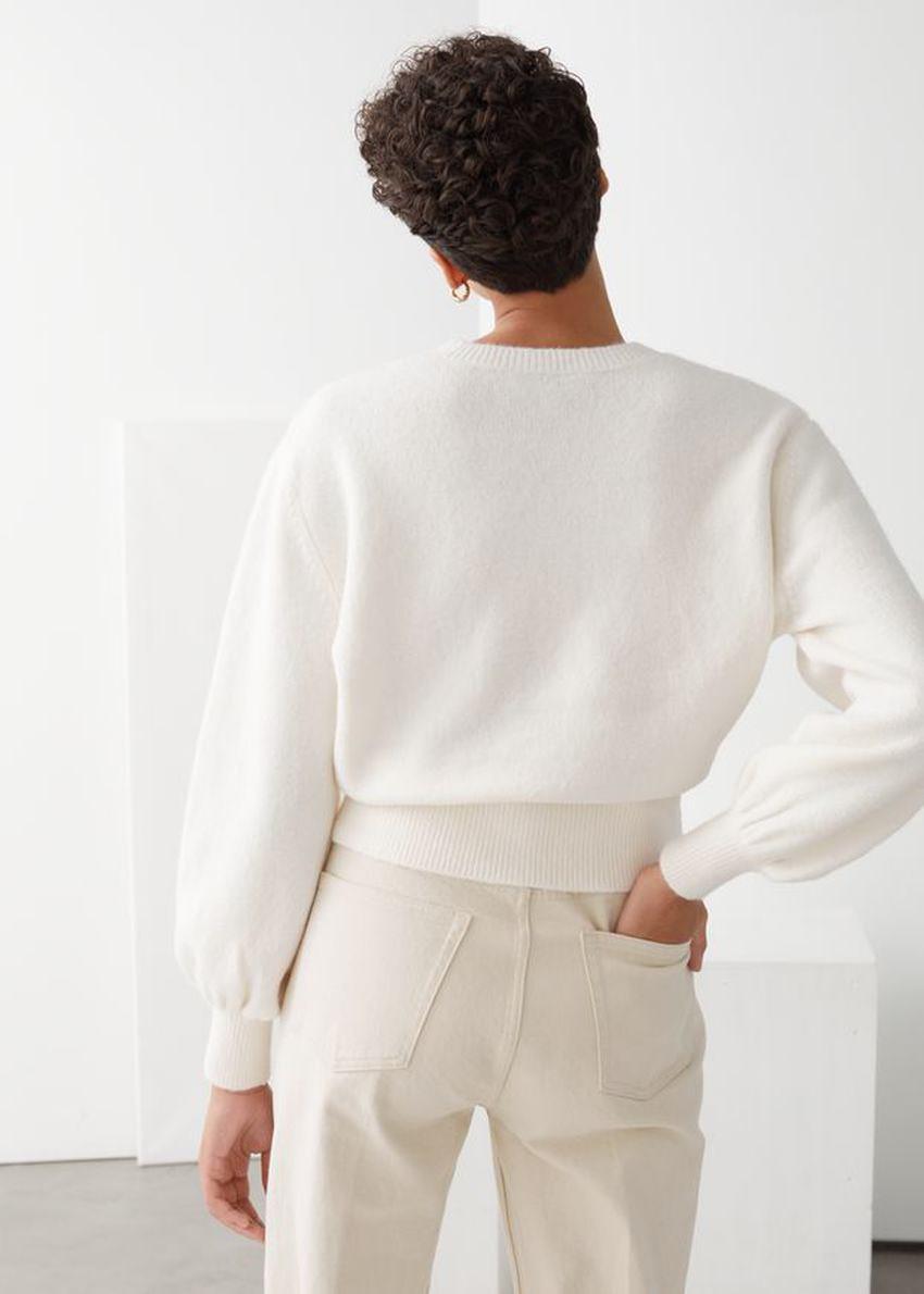 앤아더스토리즈 크롭 스웨터의 화이트컬러 ECOMLook입니다.