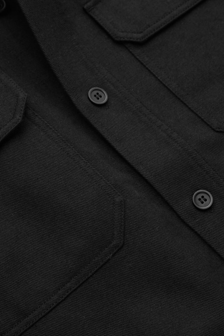COS 릴랙스드 오버셔츠의 블랙컬러 Detail입니다.