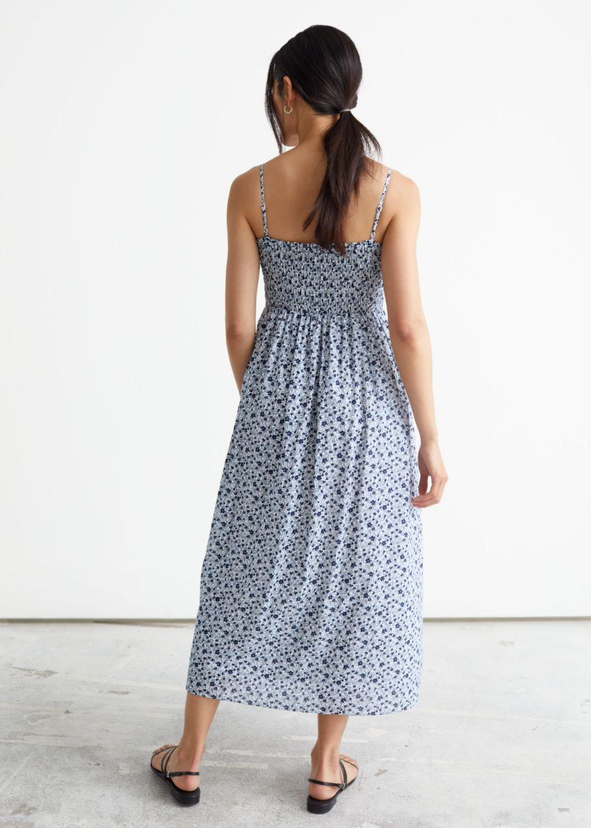 앤아더스토리즈 스모크 미디 드레스의 블루 프린트컬러 ECOMLook입니다.