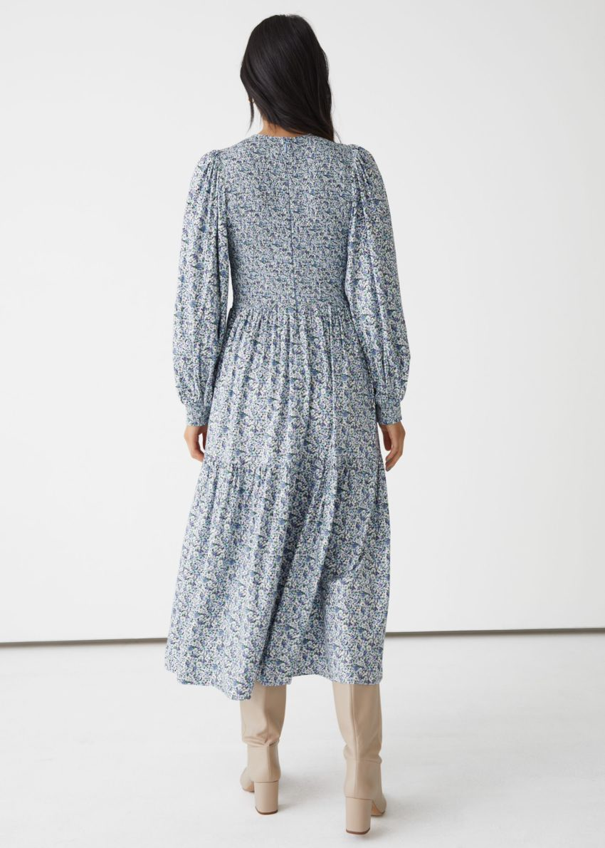 앤아더스토리즈 볼류미너스 티어드 미디 드레스의 블루 프린트컬러 ECOMLook입니다.