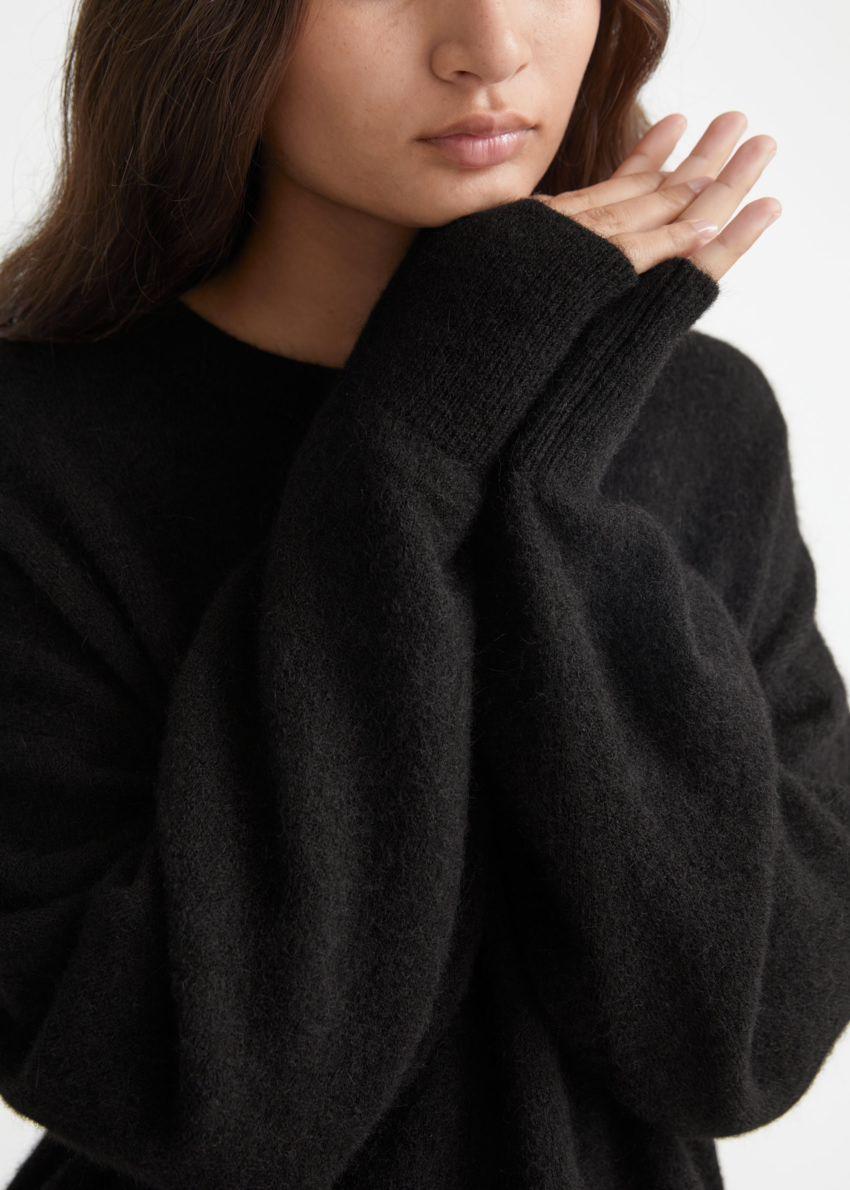 앤아더스토리즈 오버사이즈 니트 스웨터의 블랙컬러 ECOMLook입니다.