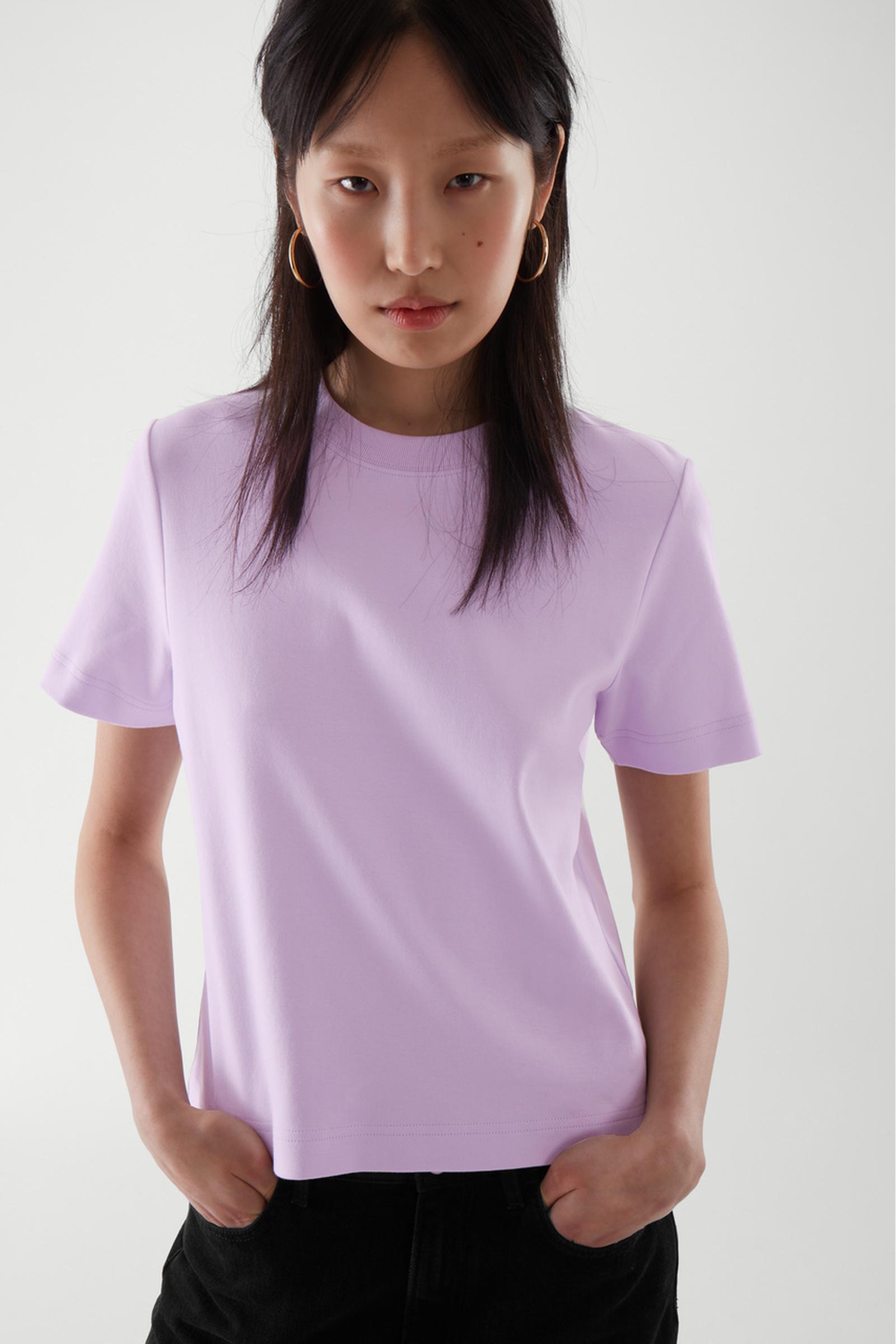 COS 슬림 핏 티셔츠의 퍼플컬러 ECOMLook입니다.