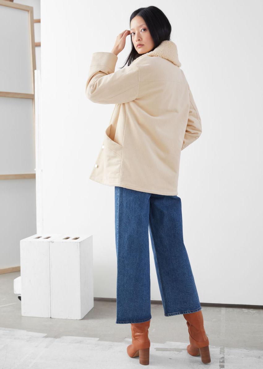 앤아더스토리즈 코튼 블렌드 셜링 카라 코트의 베이지컬러 ECOMLook입니다.