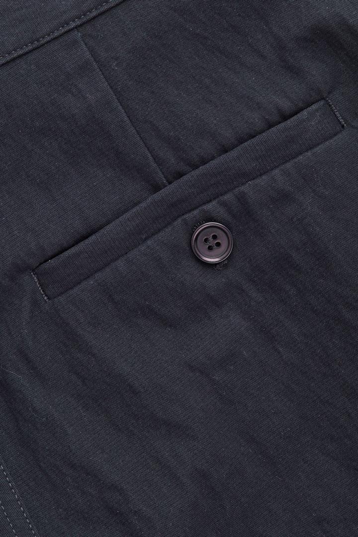 COS 릴랙스드 버튼업 치노 트라우저의 네이비컬러 상세컷입니다.