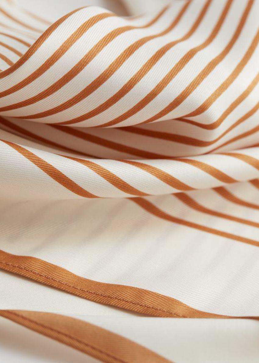 앤아더스토리즈 스트라이프 트윌 스카프의 브라운, 화이트컬러 Detail입니다.