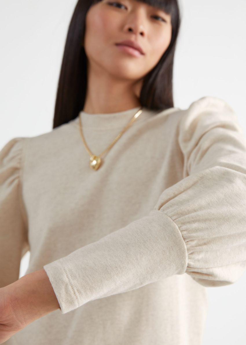 앤아더스토리즈 퍼프 슬리브 코튼 스웨터의 크림컬러 ECOMLook입니다.