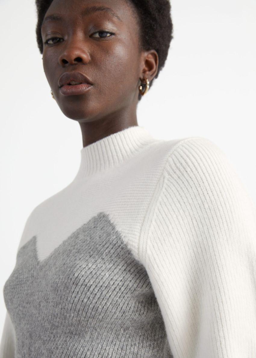 앤아더스토리즈 컬러 블록 모크 넥 스웨터의 화이트 그레이컬러 ECOMLook입니다.