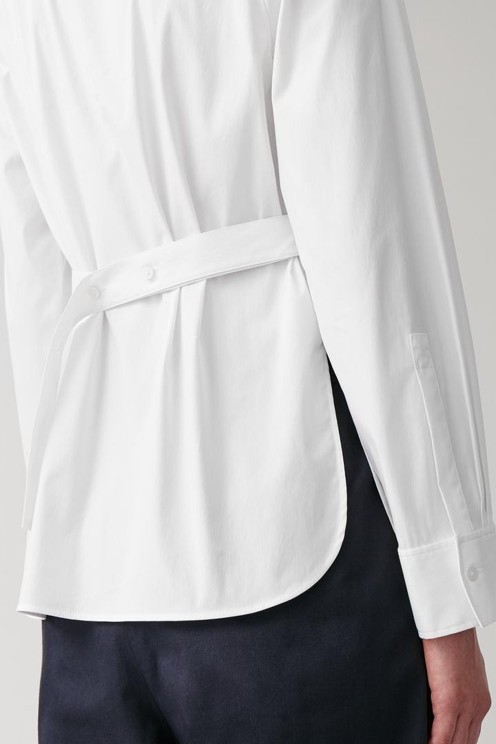 COS 스트라이프 코튼 셔츠의 화이트컬러 ECOMLook입니다.