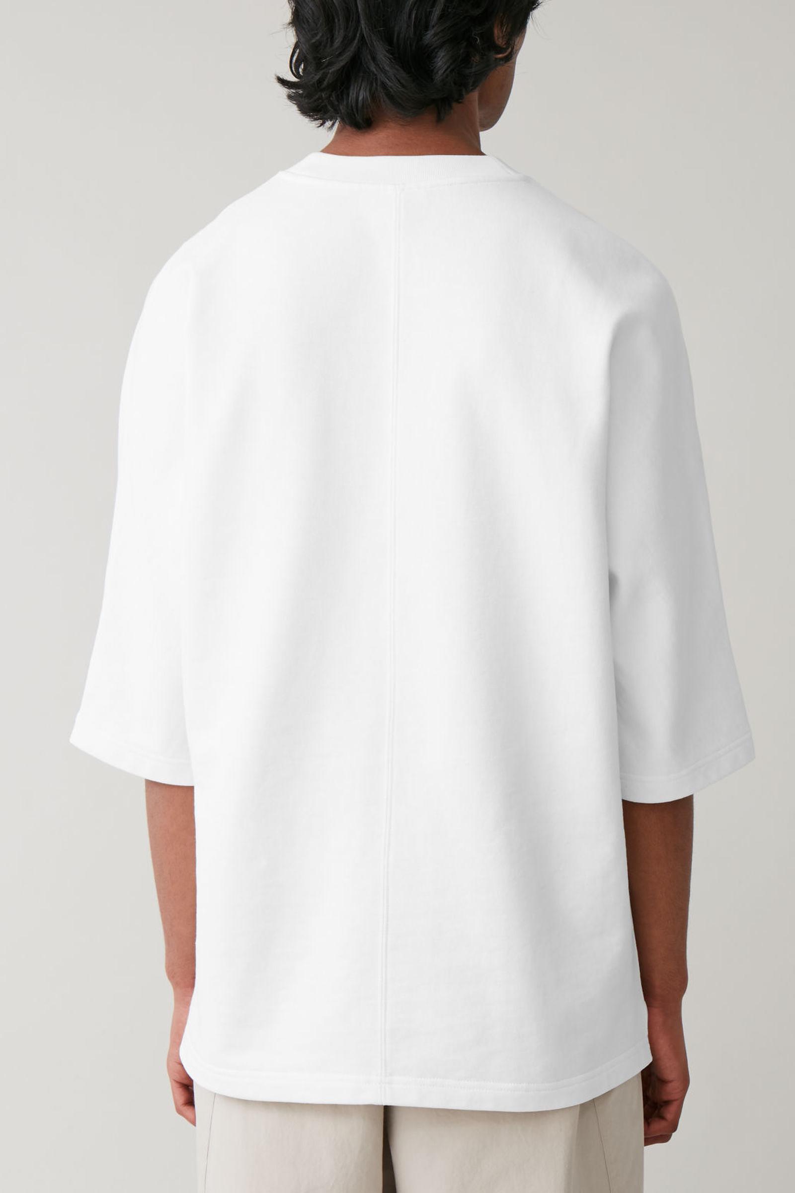 COS 코튼 리넨 저지 티셔츠의 화이트컬러 ECOMLook입니다.