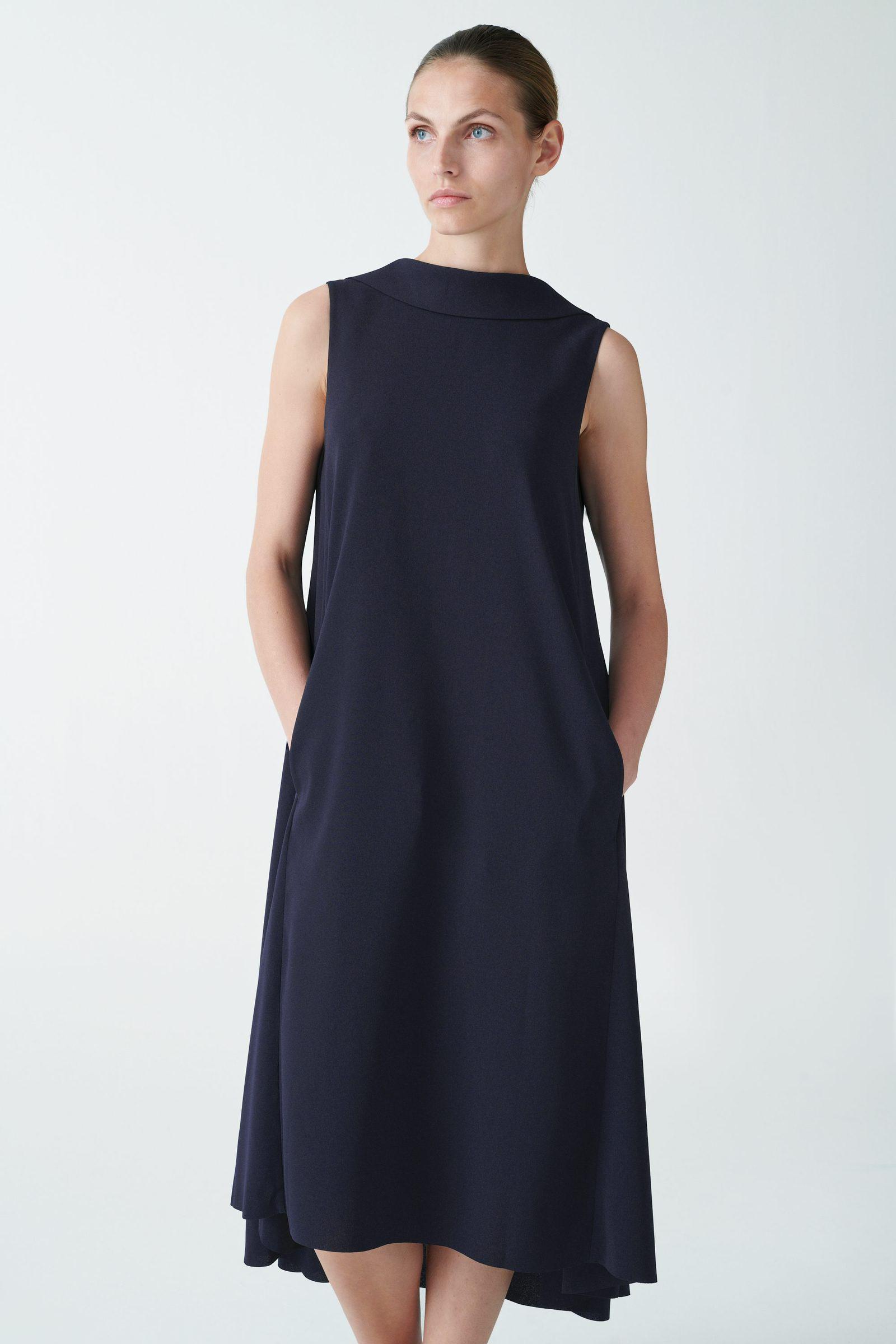 COS 하이 칼라 미디 드레스의 네이비컬러 ECOMLook입니다.