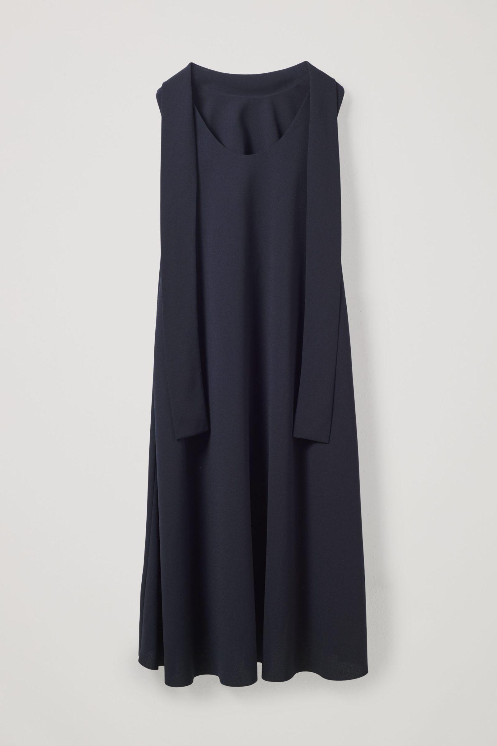 COS 하이 칼라 미디 드레스의 네이비컬러 Product입니다.