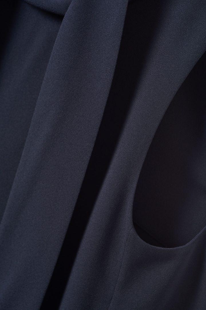 COS 하이 칼라 미디 드레스의 네이비컬러 Detail입니다.