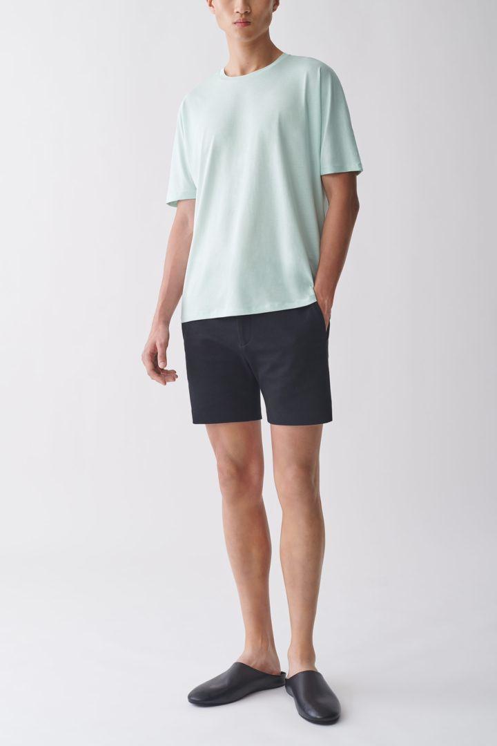 COS 오가닉 코튼 믹스 티셔츠의 터쿼이즈컬러 ECOMLook입니다.