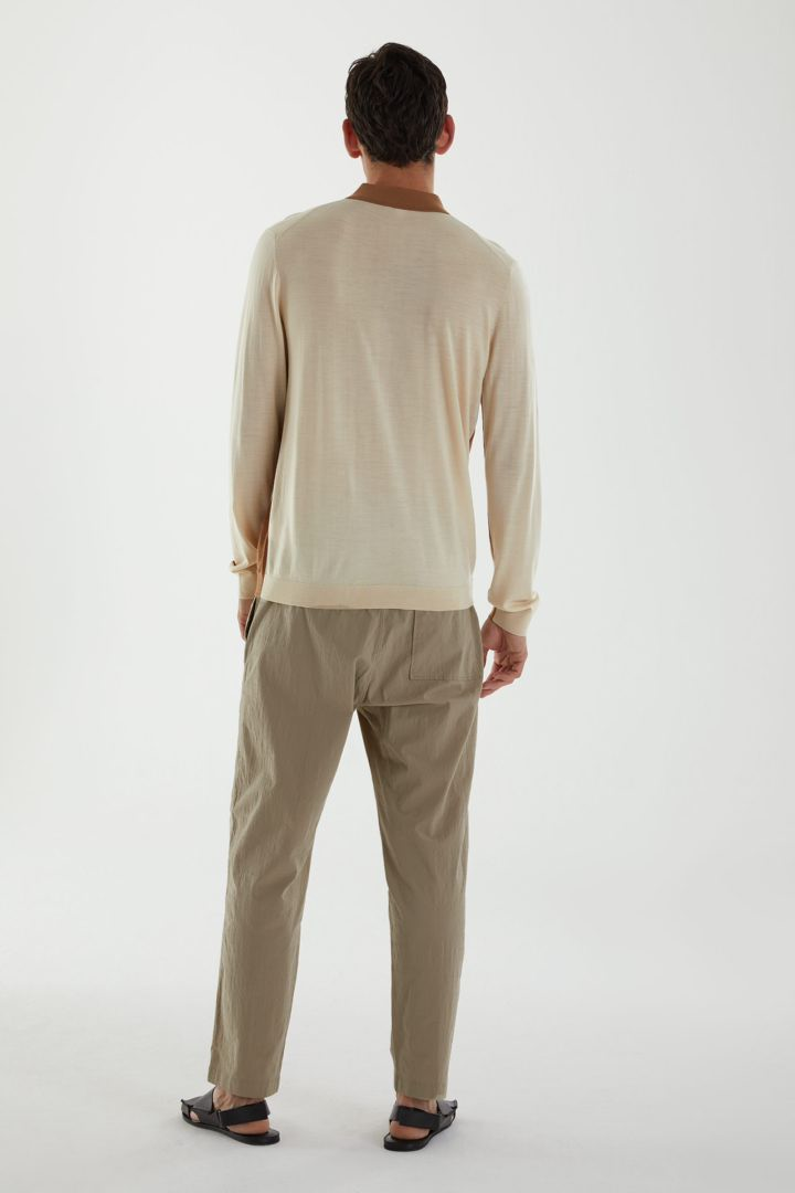 COS 롱 슬리브 메리노 폴로 셔츠의 베이지컬러 ECOMLook입니다.