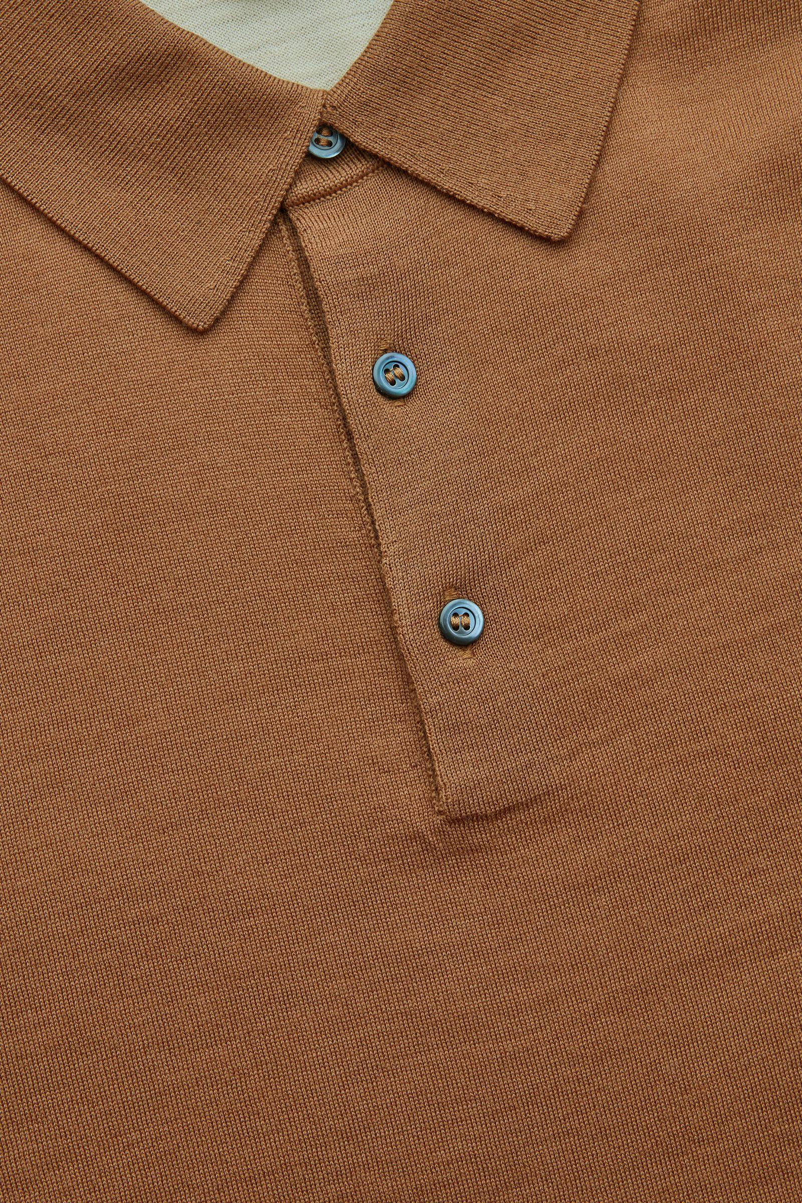 COS 롱 슬리브 메리노 폴로 셔츠의 베이지컬러 Detail입니다.