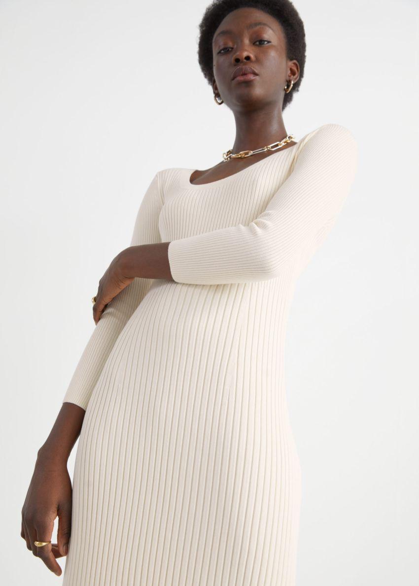 앤아더스토리즈 립 사이드 슬릿 미디 니트 드레스의 크림컬러 ECOMLook입니다.