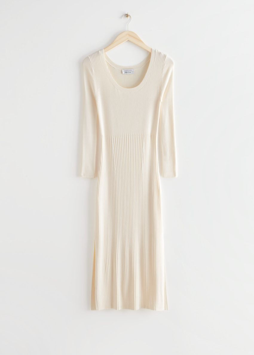 앤아더스토리즈 립 사이드 슬릿 미디 니트 드레스의 크림컬러 Product입니다.