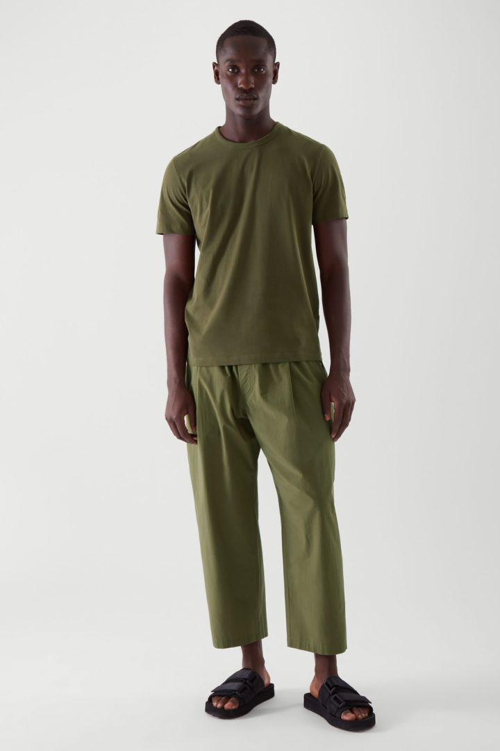 COS 레귤러핏 브러쉬드 코튼 티셔츠의 카키 그린컬러 ECOMLook입니다.