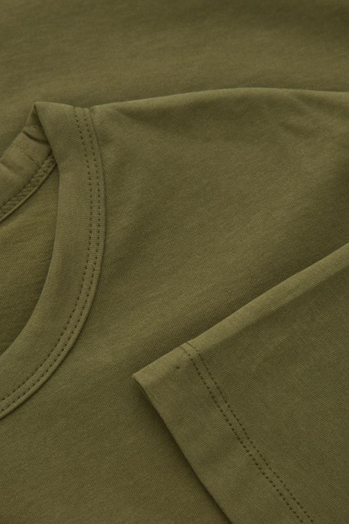 COS 레귤러핏 브러쉬드 코튼 티셔츠의 카키 그린컬러 Detail입니다.