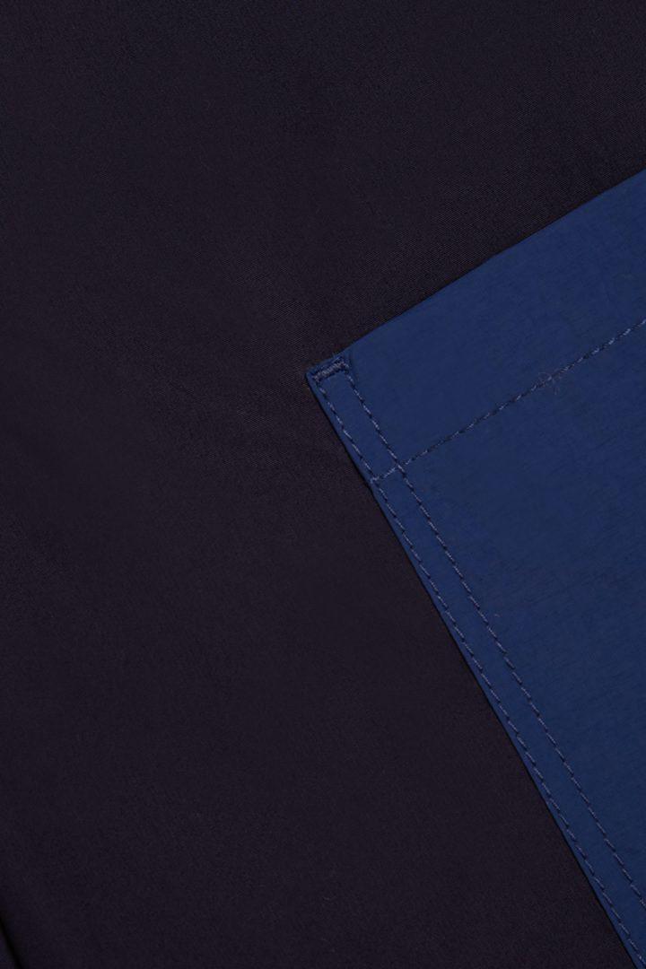 COS 오가닉 코튼 컨트래스트 패치 포켓 트라우저의 블루컬러 Detail입니다.