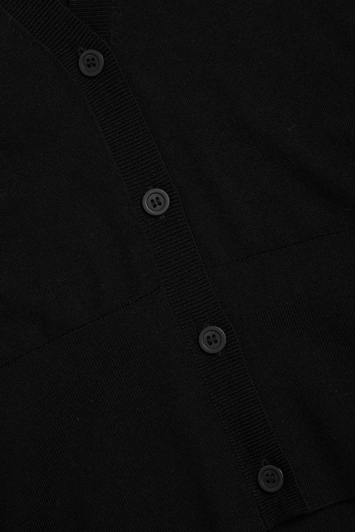 COS 메리노 울 딥 브이넥 가디건의 블랙컬러 Detail입니다.