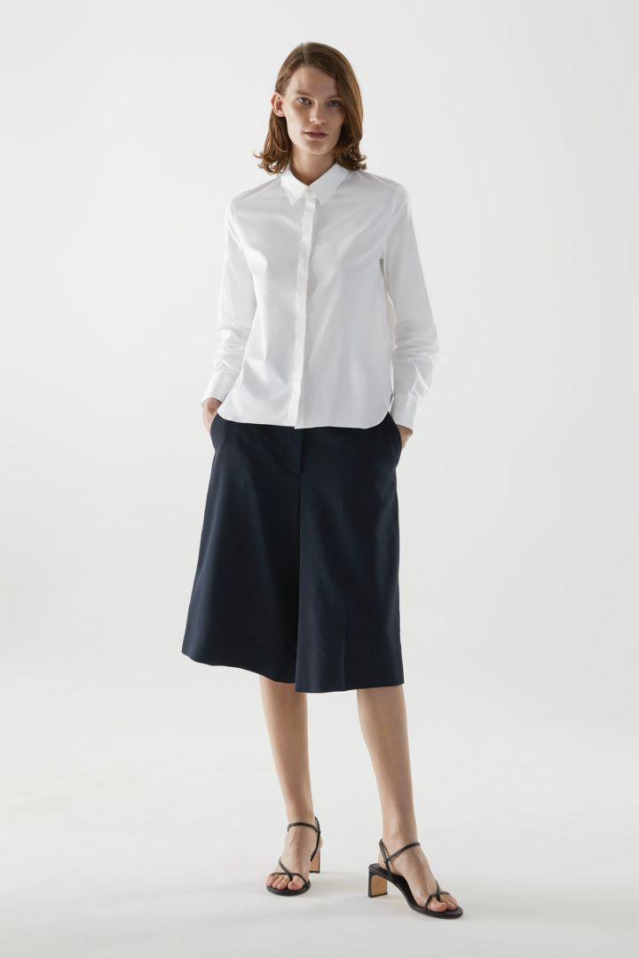 COS 코튼 슬림 핏 셔츠의 화이트컬러 ECOMLook입니다.