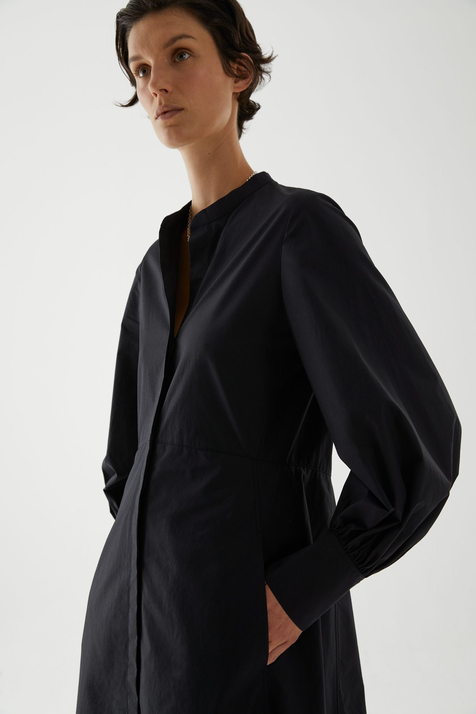 COS 코튼 볼륨 슬리브 미디 셔츠 드레스의 블랙컬러 ECOMLook입니다.