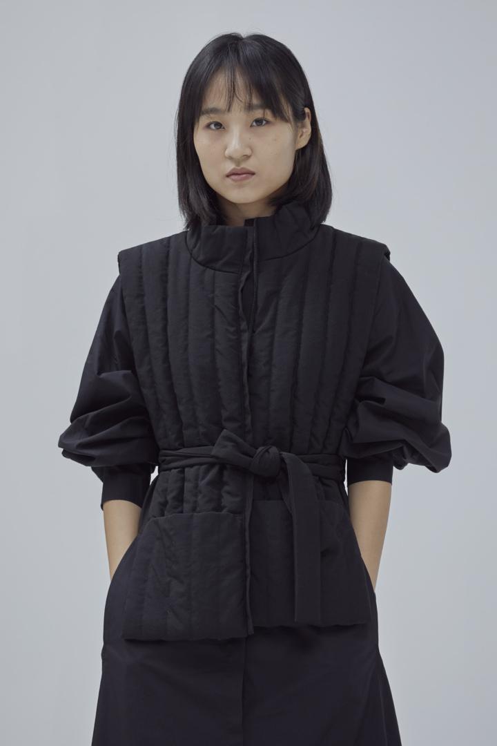 COS 코튼 볼륨 슬리브 미디 셔츠 드레스의 블랙컬러 Environmental입니다.