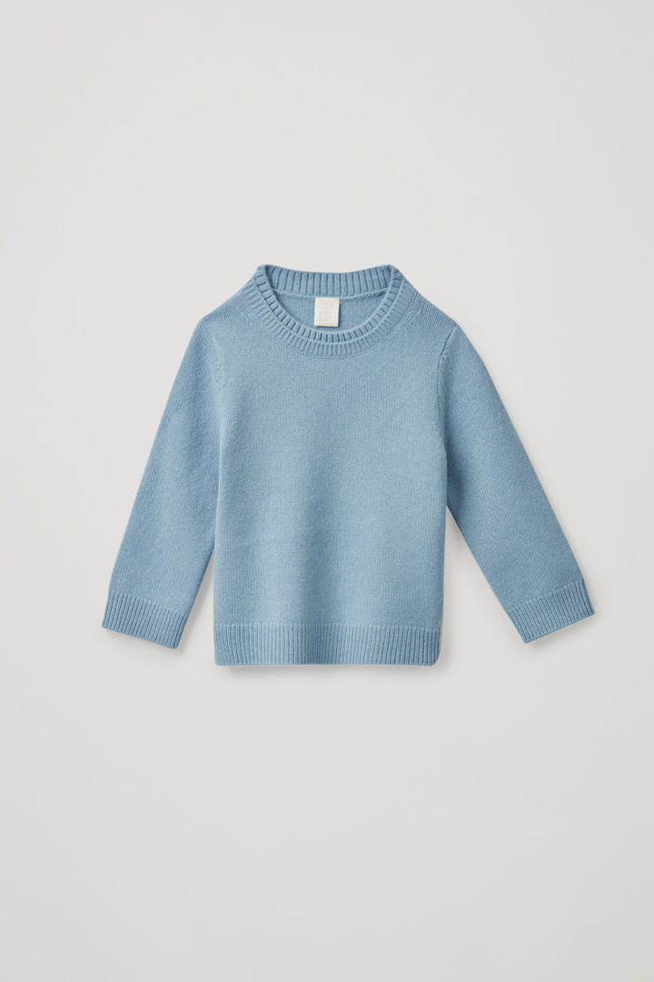 COS hover image 2 of 블루 in 레이어드 넥 캐시미어 스웨터
