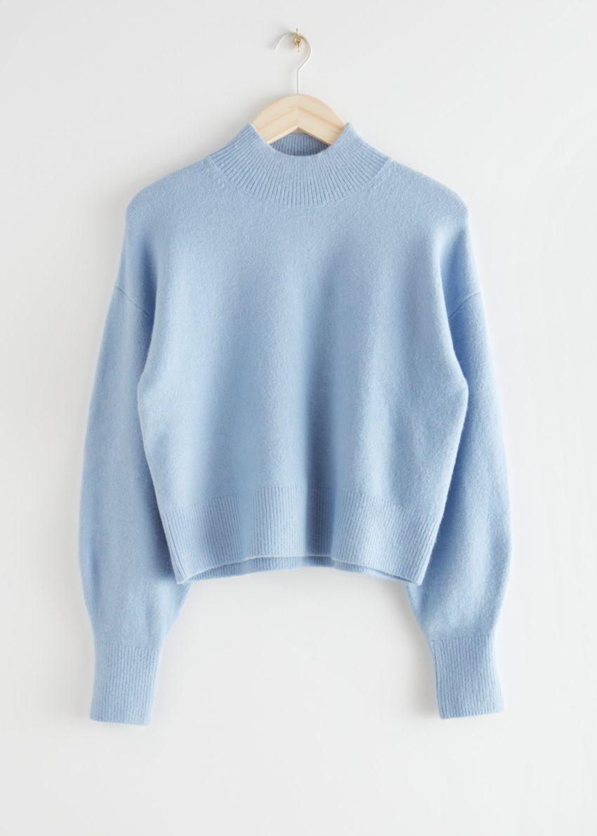 앤아더스토리즈 모크 넥 스웨터의 라이트 블루컬러 Product입니다.