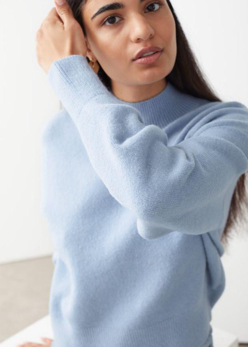 앤아더스토리즈 모크 넥 스웨터의 라이트 블루컬러 ECOMLook입니다.