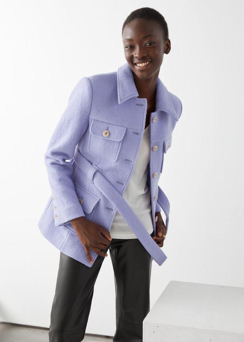 앤아더스토리즈 벨티드 버튼 업 울 재킷의 라일락컬러 ECOMLook입니다.