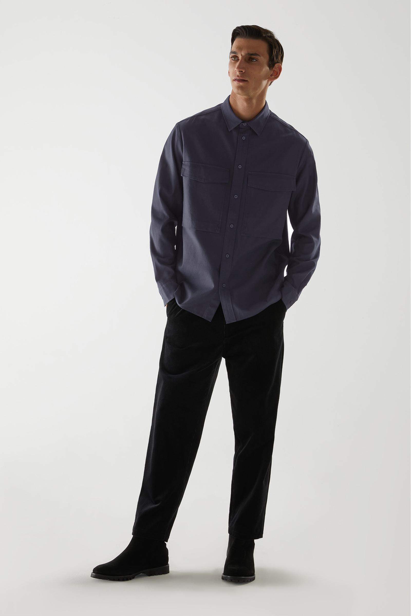 COS 릴랙스드 투포켓 셔츠의 미드나이트 블루컬러 ECOMLook입니다.
