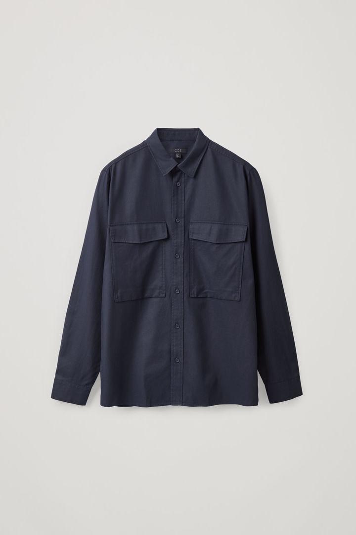 COS 릴랙스드 투포켓 셔츠의 미드나이트 블루컬러 Product입니다.