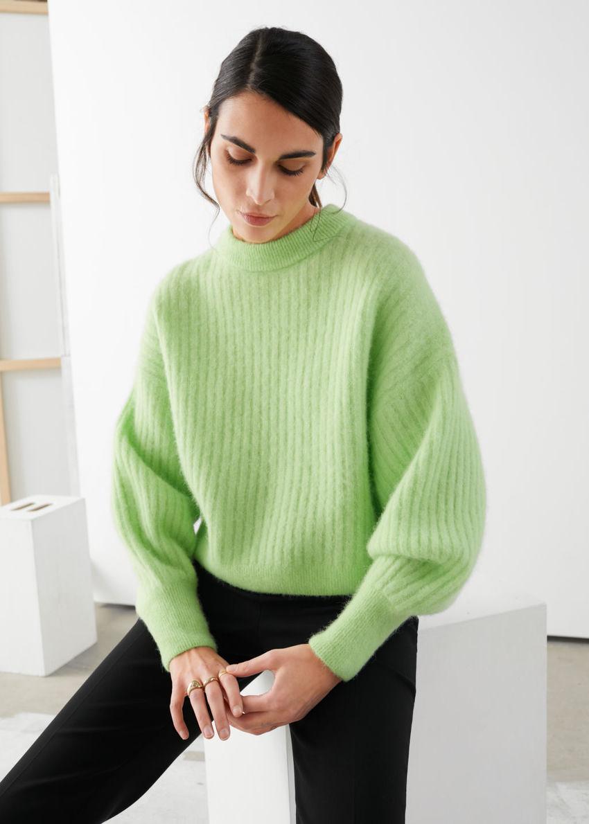 앤아더스토리즈 알파카 블렌드 니트 스웨터의 라이트 그린컬러 ECOMLook입니다.