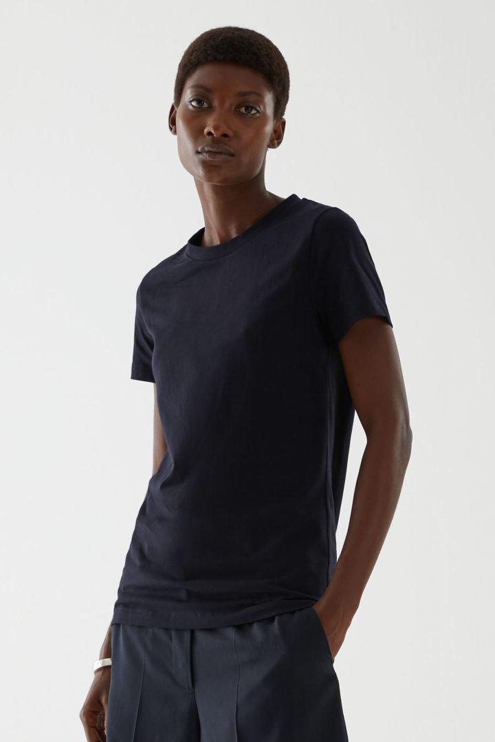 COS default image 4 of 블랙 in 슈렁큰 오가닉 코튼 티셔츠