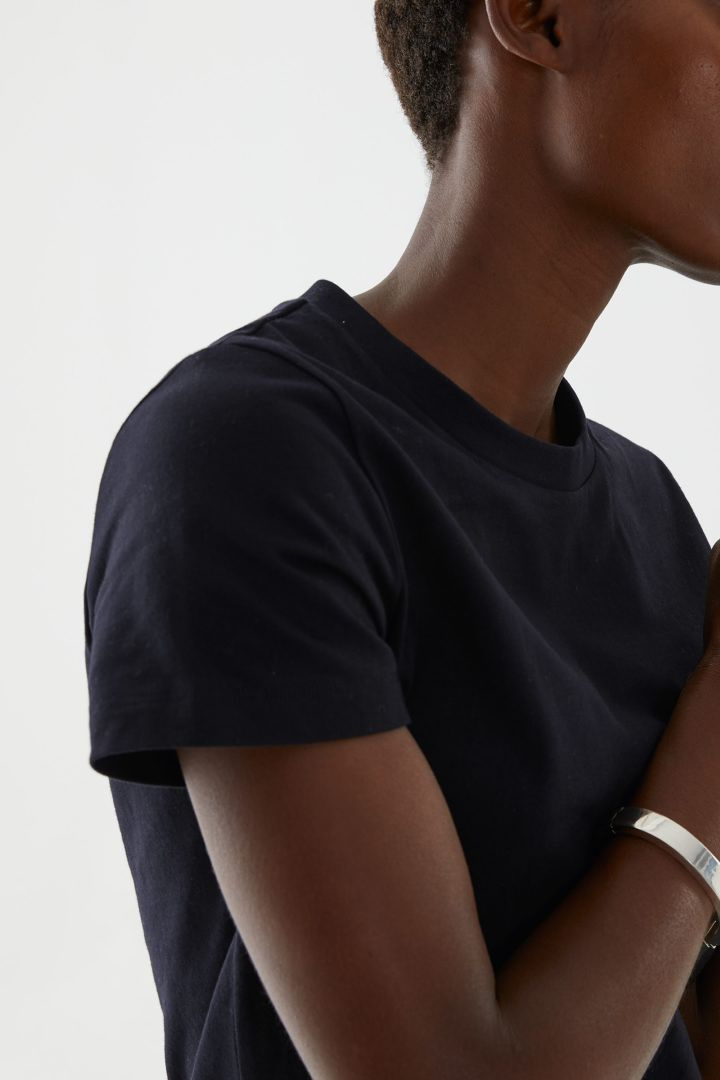 COS 슈렁큰 오가닉 코튼 티셔츠의 블랙컬러 ECOMLook입니다.