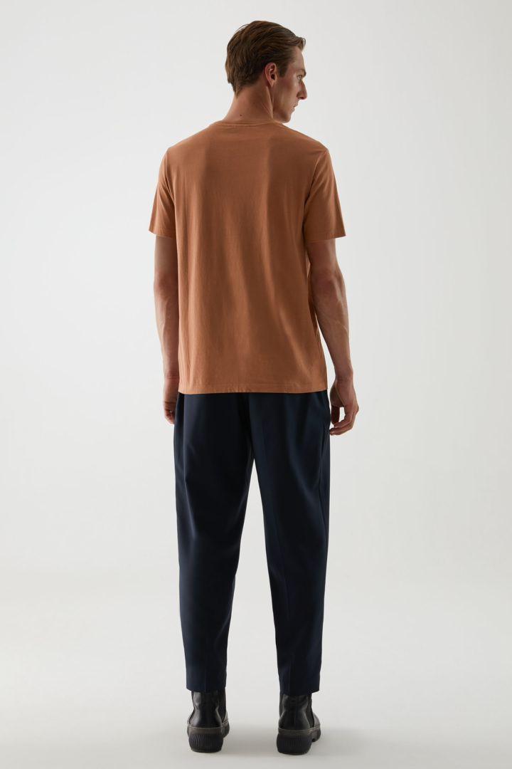 COS 라운드 넥 티셔츠의 라이트 브라운컬러 ECOMLook입니다.