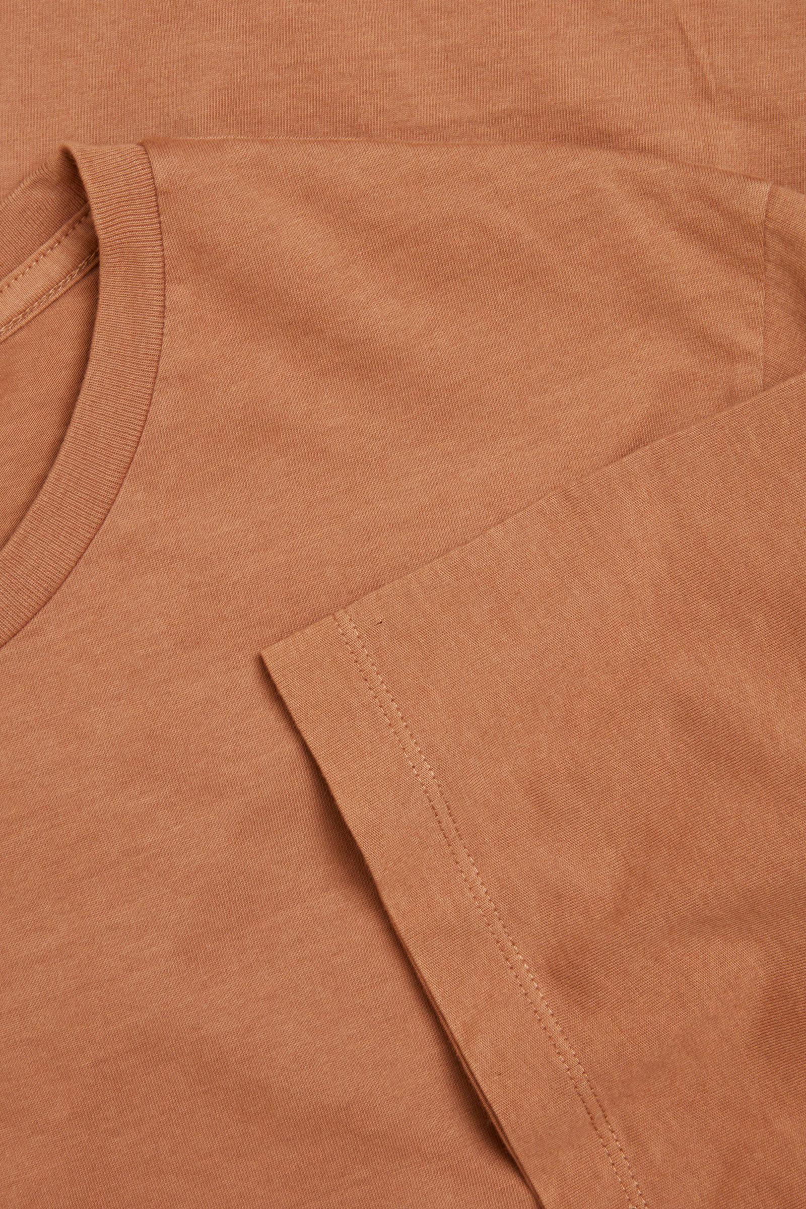 COS 라운드 넥 티셔츠의 라이트 브라운컬러 Detail입니다.